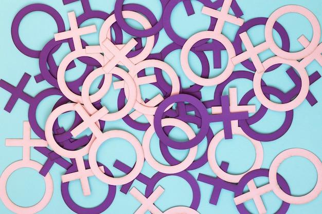 Draufsicht von vielen weiblichen symbolen für frauentag