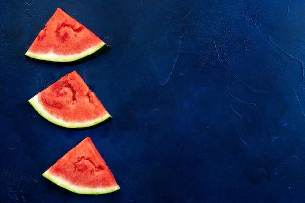 Draufsicht von wassermelonenscheiben auf blauem hintergrund