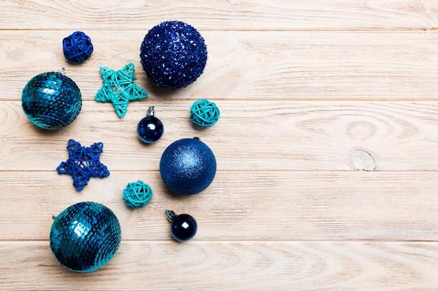 Draufsicht von weihnachtsbällen und von kreativen dekorationen auf hölzernem hintergrund