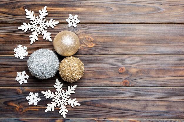 Draufsicht von weihnachtsbällen und von kreativer dekoration