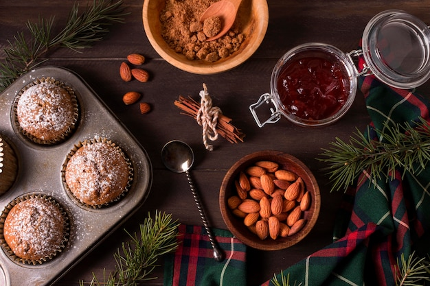 Draufsicht von weihnachtscupcakes mit mandeln und marmelade