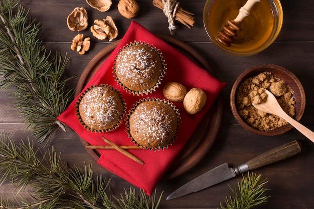 Draufsicht von weihnachtscupcakes mit walnüssen und honig