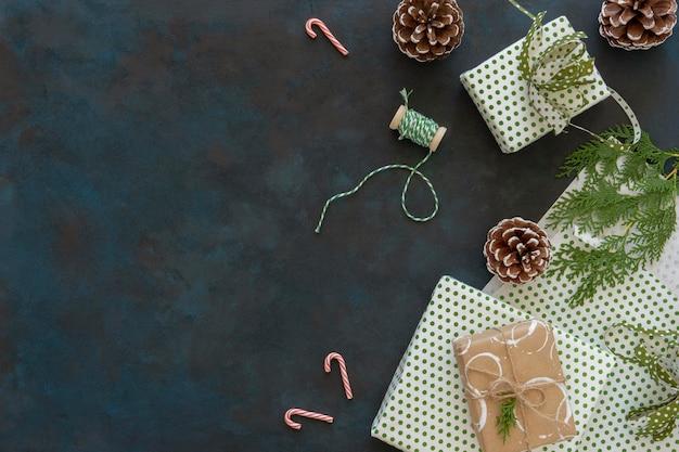 Draufsicht von weihnachtsgeschenken mit tannenzapfen und kopienraum