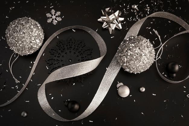 Draufsicht von weihnachtsschmuck mit band