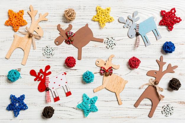 Draufsicht von weihnachtsspielwaren auf hölzernem.