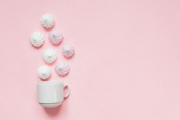 Draufsicht von weißen und rosa verdrehten meringen auf rosa