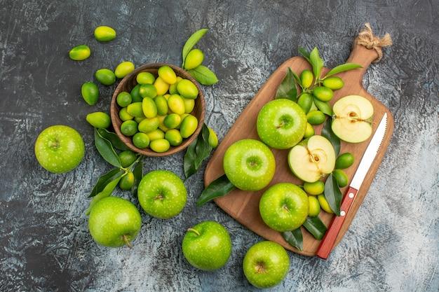 Draufsicht von weitem apfelbrett des appetitlichen grünen apfelmessers zitrusfrüchte
