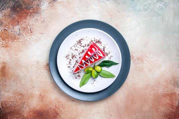 Draufsicht von weitem ein kuchen ein stück kuchen mit zitrusfrüchten auf dem weißgrauen teller