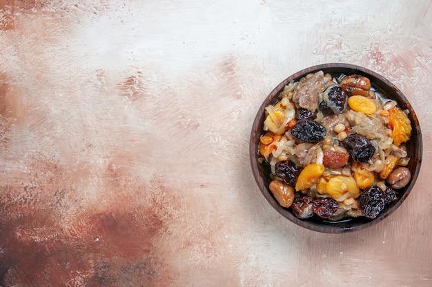 Draufsicht von weitem pilaw schüssel pilaw mit getrockneten früchten auf dem tisch