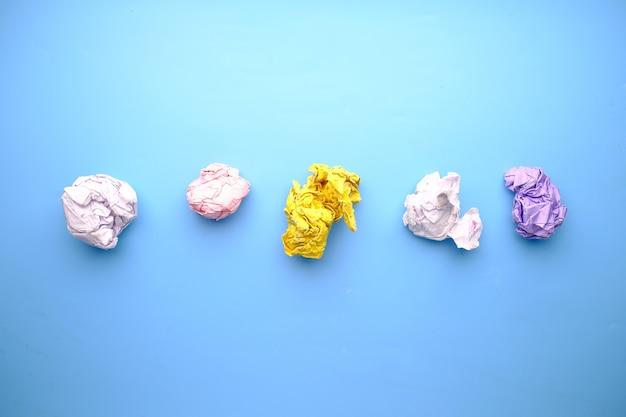 Draufsicht von zerknitterten papierkugeln auf blauer oberfläche