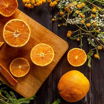 Draufsicht von zitrusfrüchten mit blumen