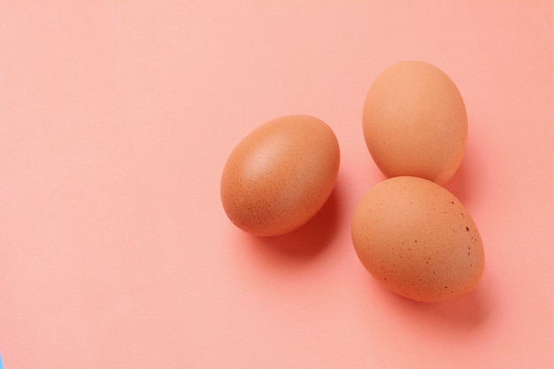 Draufsicht von zwei braunen eiern