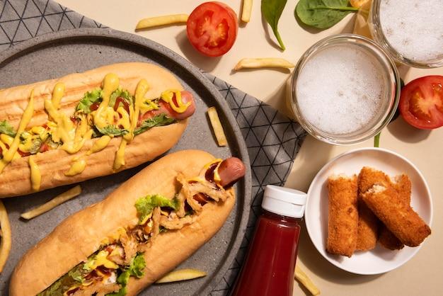 Draufsicht von zwei hotdogs mit ketchup und pommes frites