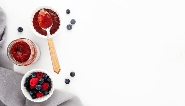 Draufsicht waldfruchtzutaten für kuchen