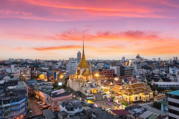 Draufsicht wat traimit withayaram worawihan mit schönem sonnenunterganghintergrund, bangkok, thailand