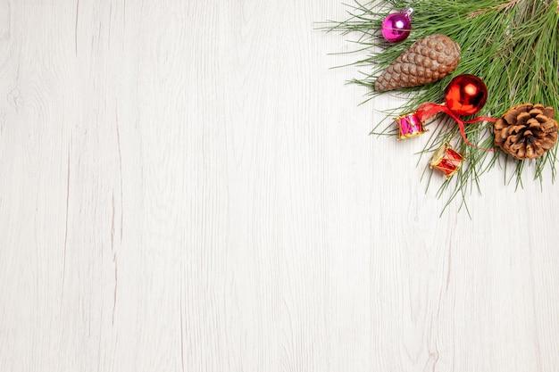 Draufsicht-weihnachtsbaum mit spielzeug auf weißem raum