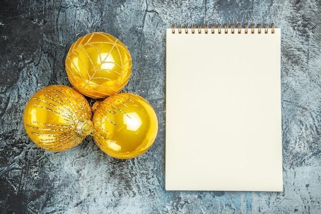 Draufsicht weihnachtsbaum spielt ein notizbuch auf grauer oberfläche