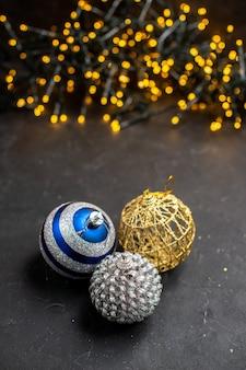 Draufsicht weihnachtsbaumschmuck weihnachtsbaumlichter auf oberfläche