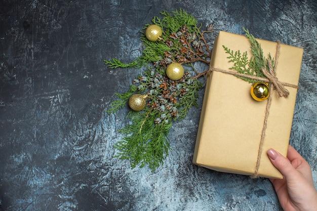 Draufsicht weihnachtsgeschenk mit spielzeug auf hell-dunklem weihnachtsgeschenk weihnachten farbe neujahr freier platz für text