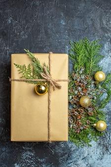 Draufsicht weihnachtsgeschenk mit spielzeug auf hell-dunklem weihnachtsgeschenk weihnachtsfarbe neues jahr