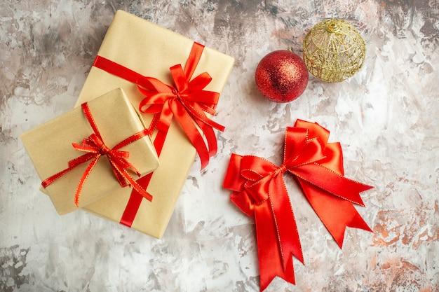 Draufsicht weihnachtsgeschenke auf weißem foto farbe neujahr geschenk urlaub weihnachten