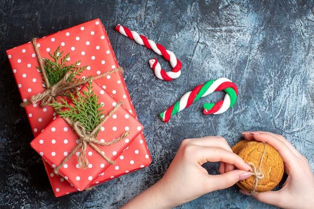 Draufsicht weihnachtsgeschenke mit keksen