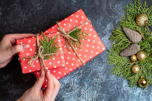 Draufsicht weihnachtsgeschenke mit spielzeug auf hell-dunkel-tisch
