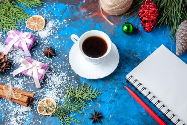 Draufsicht weihnachtsgeschenke tannenbaum zweige kegel anis auf blauem hintergrund freier platz