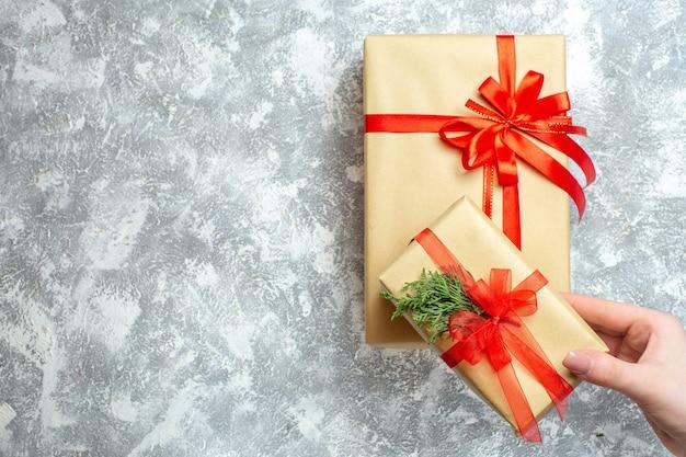 Draufsicht weihnachtsgeschenke verpackt mit roten schleifen auf weißem weihnachtsfarburlaub fotogeschenk neues jahr