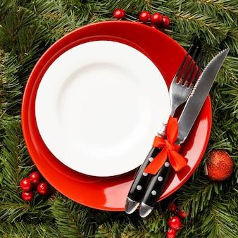 Draufsicht weihnachtsgeschirr mit dekorationen
