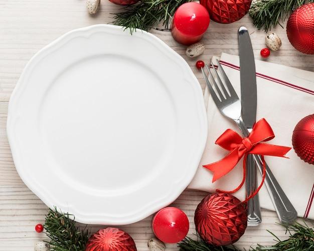 Draufsicht weihnachtsgeschirr mit leerem teller