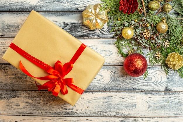 Draufsicht weihnachtsornnaments weihnachtsgeschenk tannenzweige auf holzhintergrund freiraum