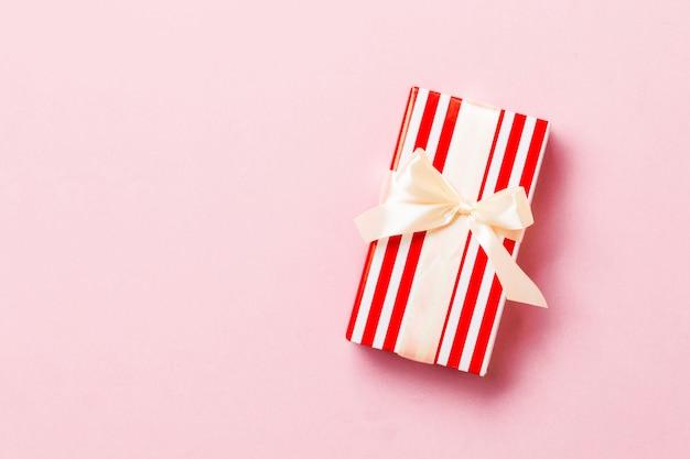 Draufsicht weihnachtspräsentkarton mit gelbem bogen auf rosa