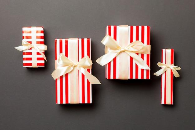 Draufsicht weihnachtspräsentkarton mit gelbem bogen auf schwarzem hintergrund