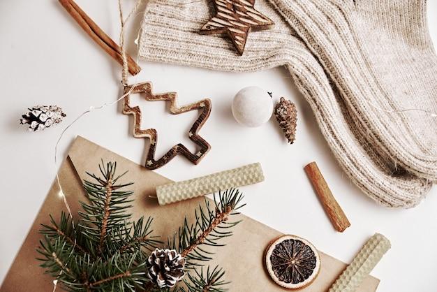 Draufsicht weihnachtsschmuck auf tisch