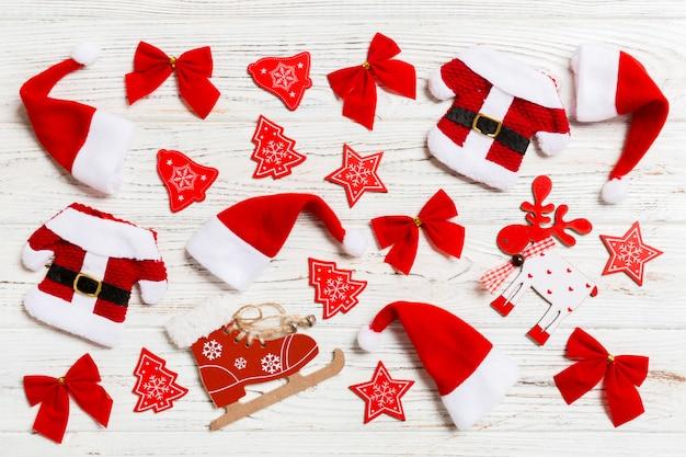 Draufsicht weihnachtsspielwaren auf hölzernem. ornament. urlaub