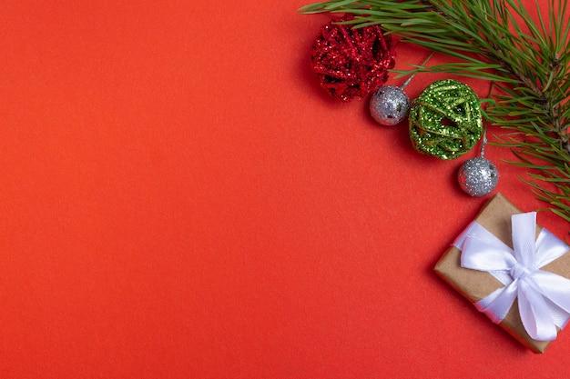 Draufsicht weihnachtszusammensetzung. weihnachtshintergrund, layout. mit kopienraum mit weihnachtsartikeln. flaches layout