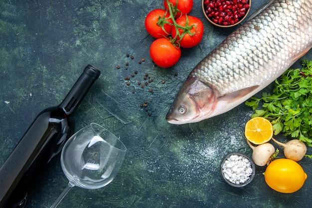 Draufsicht weinflasche und glas tomaten rettichgrün granatapfel meersalz in einer kleinen schüssel auf dem tisch