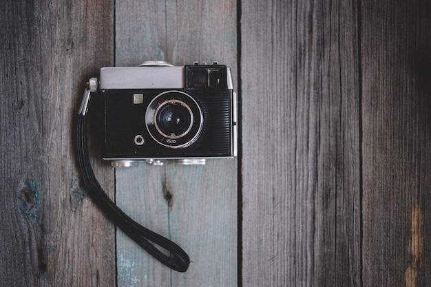 Draufsicht weinlesekamera auf dunklem hölzernem hintergrund