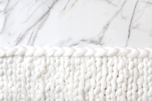 Draufsicht weiß gestricktes baumwollplaid
