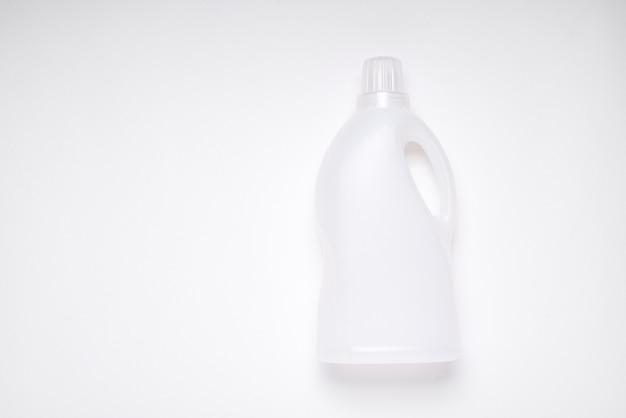 Draufsicht weiße leere plastikreinigungsproduktflasche auf weißem hintergrund mit kopienraum für branding, plastikmüllkonzept