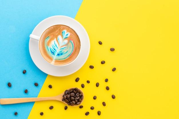 Draufsicht weiße tasse heißen latte kunstkaffee