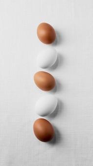 Draufsicht weiße und braune eier auf tisch