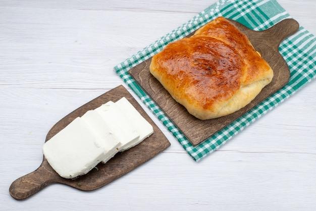 Draufsicht weißer käse zusammen mit heißem brötchengebäck auf dem weißen hintergrundbrot-nahrungsmittel-frühstück