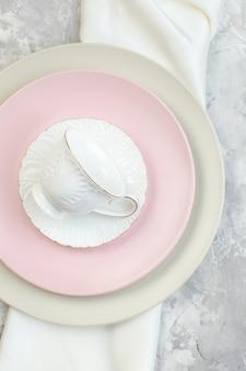 Draufsicht weißer teller mit rosa teller und tasse auf heller oberfläche küchenglas lebensmittelfarbe mahlzeit damen horizontal
