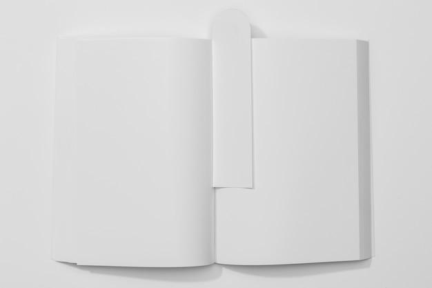 Draufsicht weißes kopienraumbuch und lesezeichen