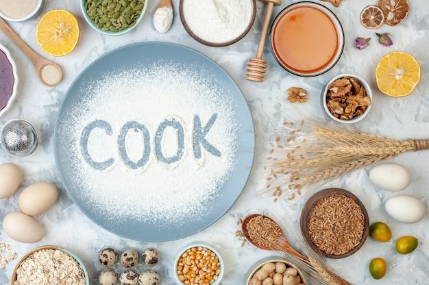 Draufsicht weißmehl innenplatte mit nusssamen und eiern auf weißer nuss backen lebensmittelfarbe fotokuchen keks kuchenkoch