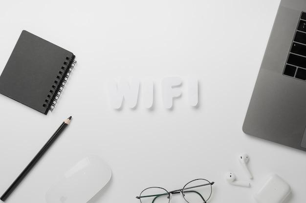 Draufsicht wifi buchstabiert auf schreibtisch