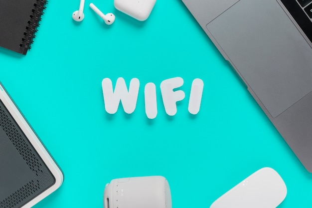 Draufsicht wifi buchstabierte auf schreibtisch mit maus