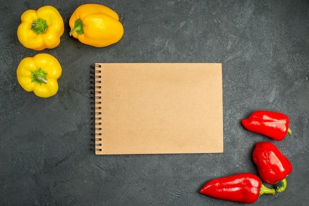 Draufsicht würzige paprika auf dunklem hintergrund